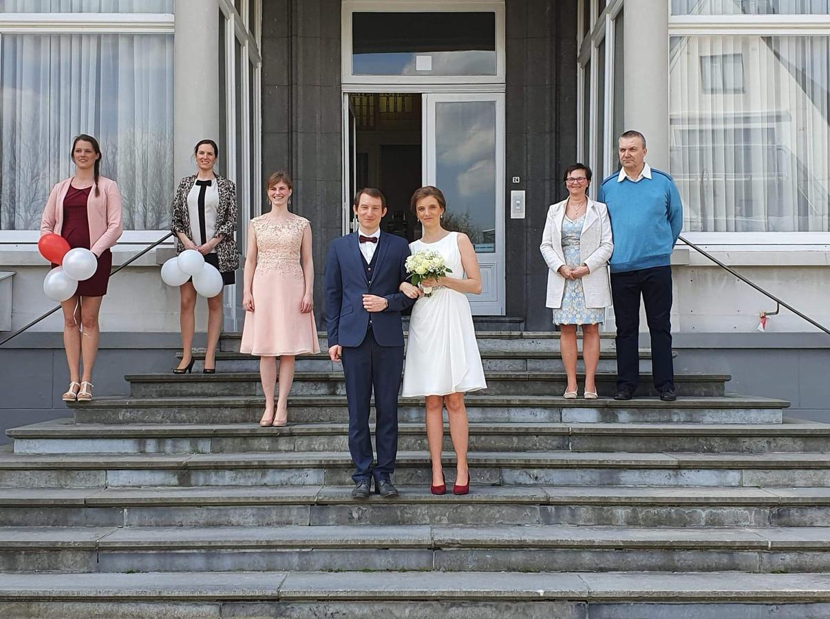 Het pas gehuwde koppel Hanna Feys en Nico Dejaeghere verlaat het gemeentehuis van De Haan. Hier met de zussen Tina, Sabrina en Tessa Feys en de ouders van Hanna, Ivan en Carine.
