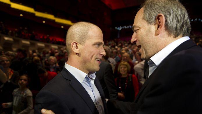 De nieuwe partijleider Diederik Samsom (L) van de PvdA samen met de oud-partijleider Job Cohen tijdens een bijzonder congres van de PvdA in De Doelen in Rotterdam.