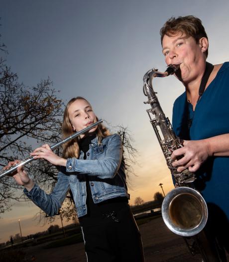 Het muziekkorps zal er áltijd zijn, zeggen muzikantes Merel (13) en Hanny (52)