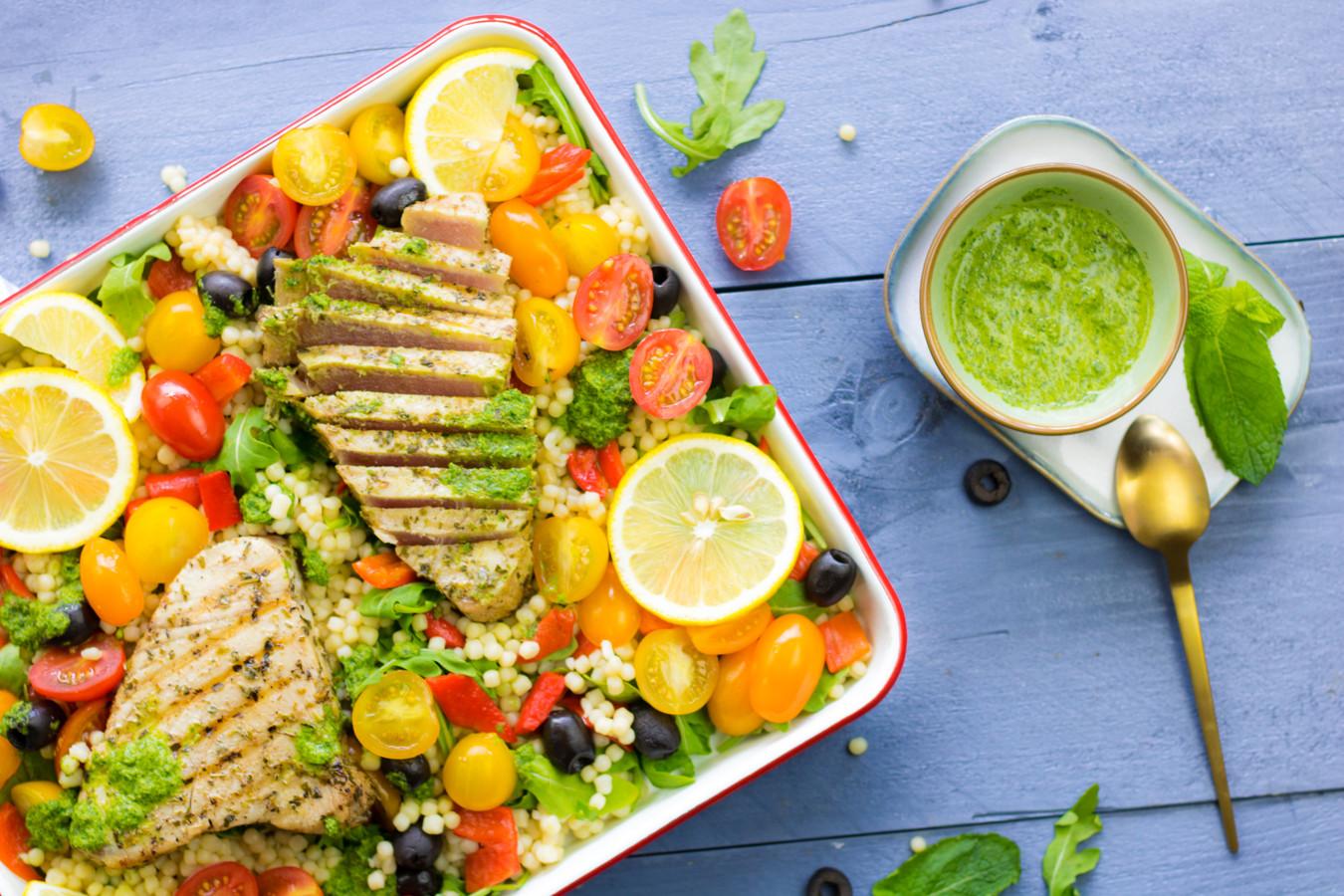 Siciliaanse parelcouscoussalade met tonijnsteak en salsa verde.