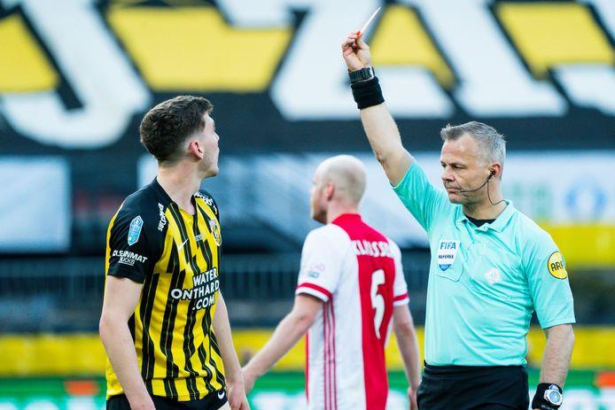 Rasmussen krijgt rood van arbiter Bjorn Kuipers.