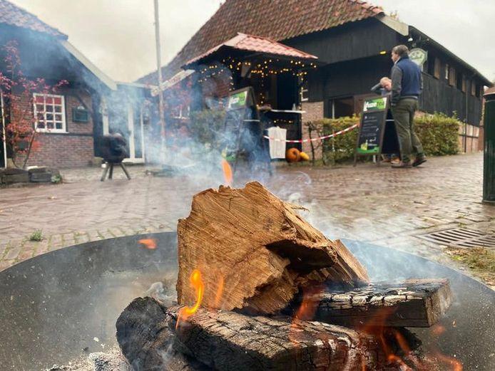 Fietsers en wandelaars konden deze winter zelfgemaakte snert kopen bij een kiosk bij Bi'j de Watermölle en de soep coronaproof buiten opeten op een bank.