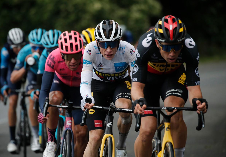 Jonas Vingegaard volgt zijn ploegmaat Wout van Aert in de rit naar Saint-Gaudens. Beeld REUTERS
