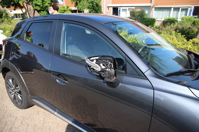 Een van de vernielde auto's in Tiel.