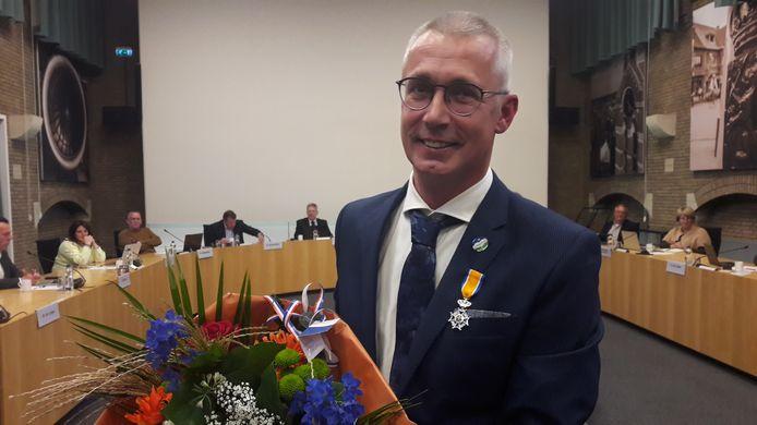 Manus Bolders (54) uit Hoogerheide kreeg bij zijn afscheid van de gemeenteraad in Woensdrecht, waarvan hij 22 jaar lid was, een lintje voor zijn inzet voor de lokale politiek. Hij werd Lid in de Orde van Oranje Nassau.