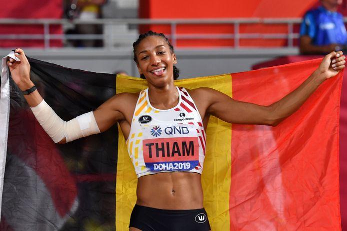 Na de ontnuchtering, toch een glimlach bij Thiam. Duidelijk blij met die zilveren medaille.