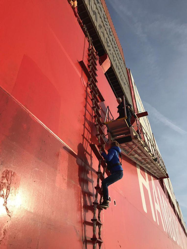 Van geen kleintje vervaard: Annick De RIdder klautert via een touwladder aan boord van de Polar Mexico.