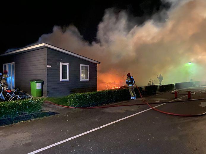 Aan de Bosruiterweg in Zeewolde is een aantal huisjes in vlammen opgegaan.