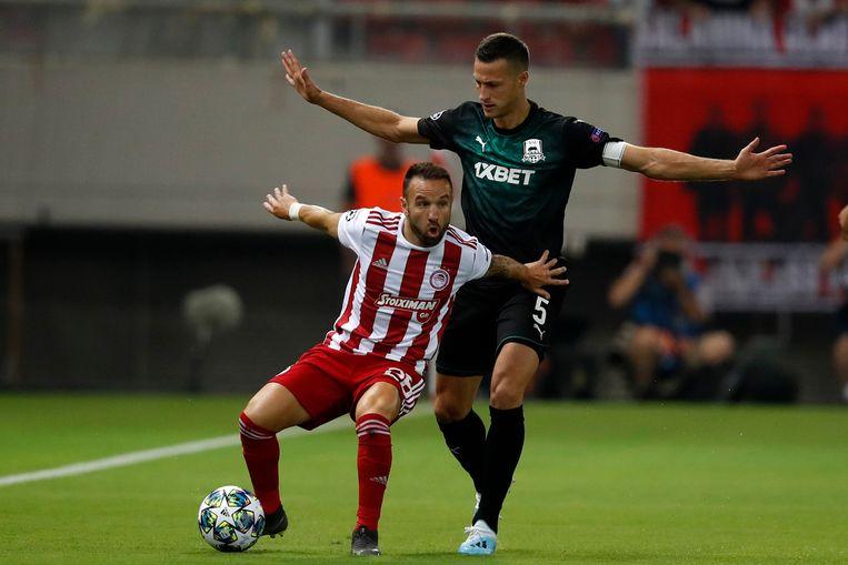 Mathieu Valbuena houdt ex-Anderlecht-verdediger Uros Spajic af.