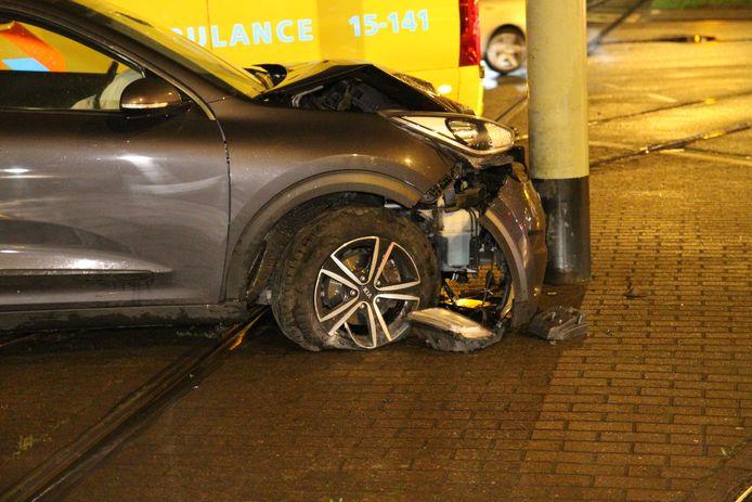 Auto knalt tegen HTM-mast na klapband op stoep.