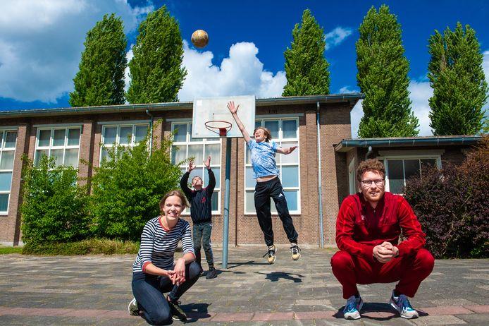 Eva Hendriks en Jon Emmelkamp op de voorgrond, met achter hen Merijn Scharloo (rechts) en Damian Plug op het schoolplein van het Kessel College.