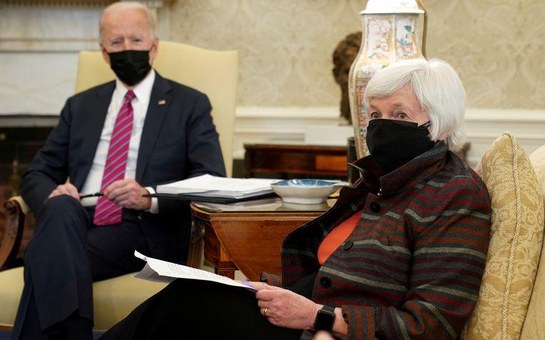 President Joe Biden en de nieuwe Amerikaanse minister van Financiën Janet Yellen in de Oval Office in het Witte Huis. Beeld REUTERS