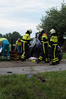 VIDEO: Man zwaargewond na klap tegen twee bomen in Wijk en Aalburg