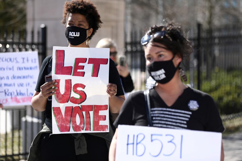 Demonstranten betogen voor het parlementsgebouw van Georgia in Atlanta tegen de nieuwe wet die beperkingen oplegt in het stemproces. Beeld Reuters