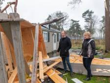 Tuinmeubilair vloog meters door de lucht in IJhorst: 'Gelukkig was het chalet niet verhuurd'