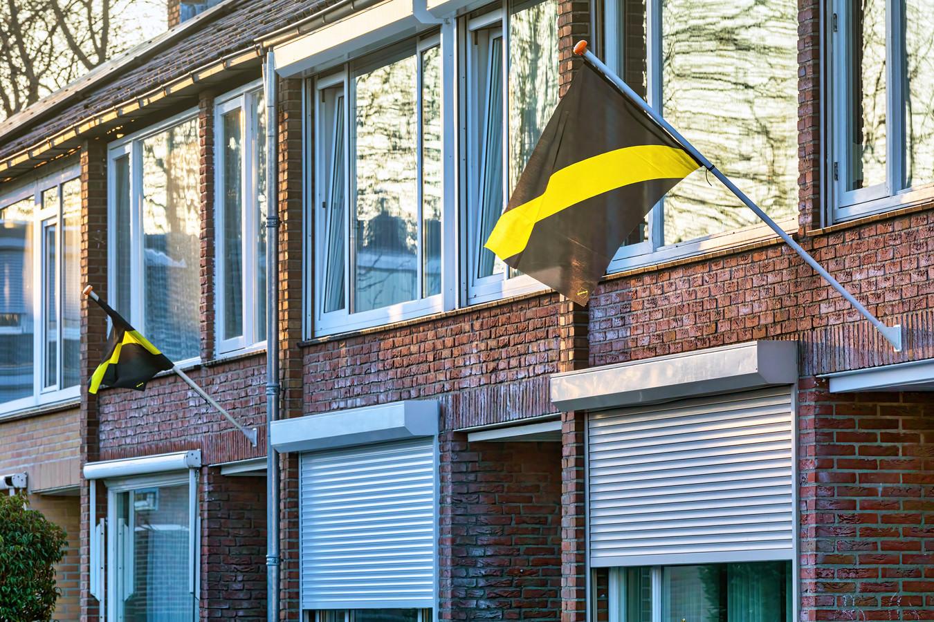 Voetbalvereniging NAC Breda heeft haar supporters vlaggen opgestuurd met het verzoek die buiten te hangen op wedstrijddagen. In de Jasmijnstraat in Breda hingeren er links en rechts wat buiten.