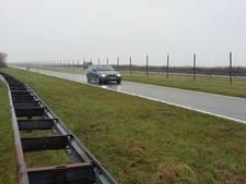 Rijkswaterstaat plaatst wildhekken langs N57 op de Brouwersdam