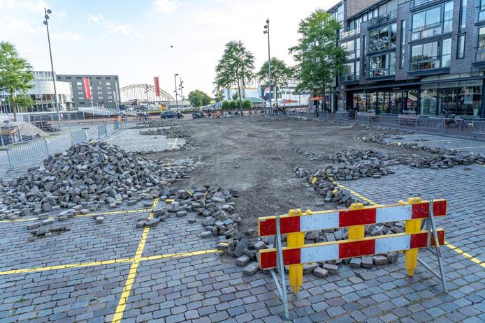 Een flink deel van de bestrating van het Raadhuisplein in Alblasserdam is donderdag 11 juli 2019 met shovels eruit gehaald.