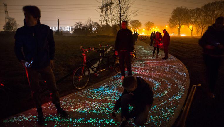 Lichtgevend fietspad bij Nuenen, geïnspireerd op het schilderij 'Sterrennacht' van Vincent van Gogh. Het ontwerp is van kunstenaar Daan Roosegaarde, de technologie is van Heijmans. Beeld Maikel Samuels