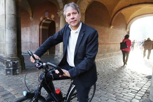 Rik Grashoff (Groen Links) op de fiets op het Binnenhof .