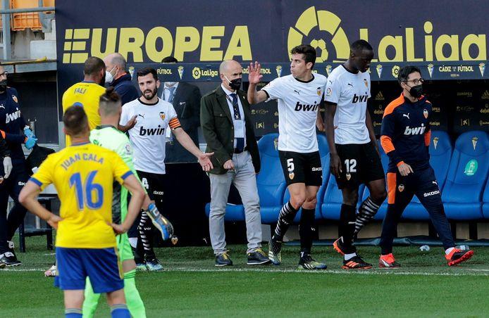 Mouctar Diakhaby (rechts) verliet gisteren het veld nadat hij racistisch bejegend zou zijn.