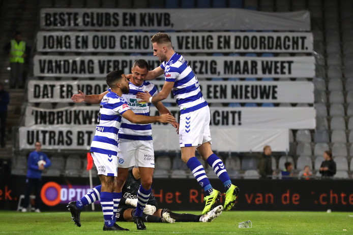 Jordy Thomassen (midden) deelt in de feestvreugde bij De Graafschap na de 2-2 van Branco van den Boomen (rechts) tegen Jong Ajax.