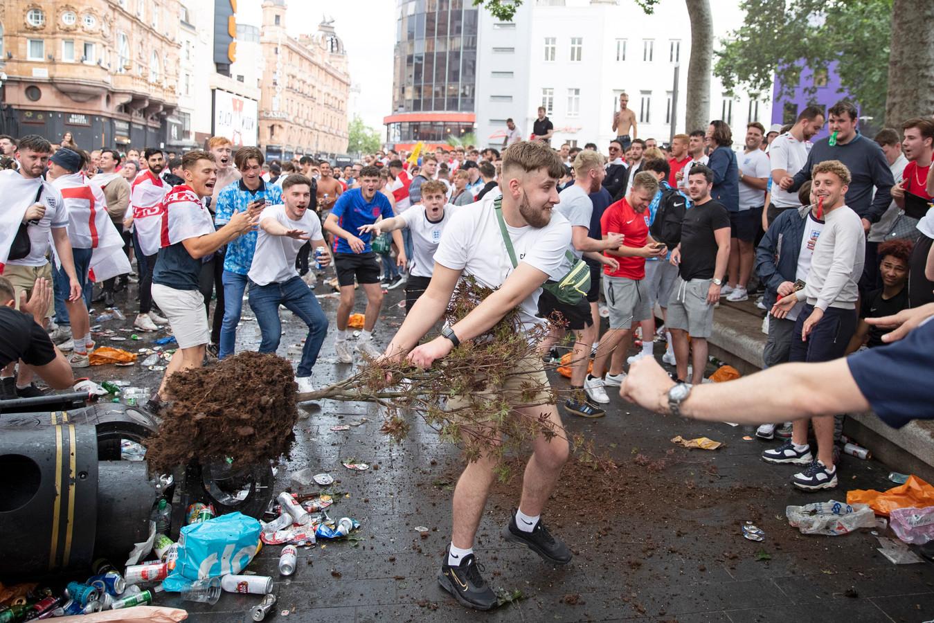 Op Leicester Square maakten enkele voetbalfans het in de namiddag al bont en gooiden zelfs met boompjes.