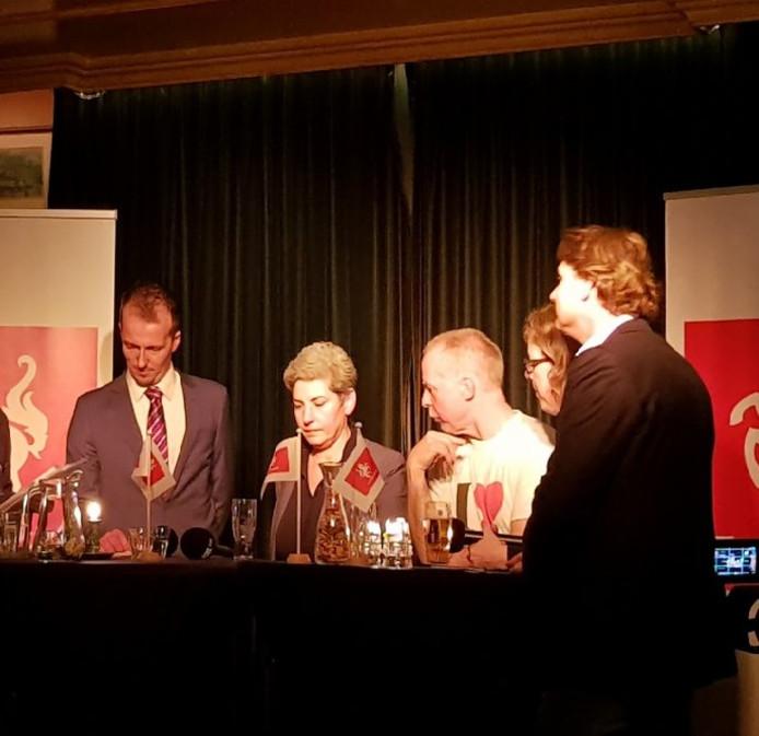 Sébastiaan Stöteler (rechts) in debat met Israa Abdullatif, Bert Hümmels, Lieneke Bolhuis en Jemy Pauwels bij Stemmingmakerij in Almelo.