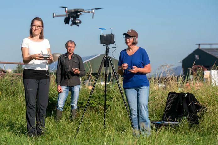 Rosina Verweij stuurt de drone omhoog. Foto: Gerard Burgers. Hans Swarts en Anja Hofstra volgen de verrichtingen van het onbemande vliegtuigje. Foto: Gerard Burgers.