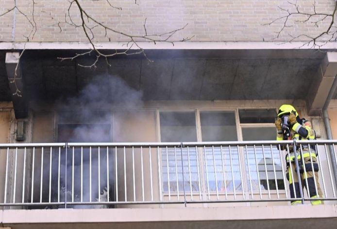 De brandweer blust de brand in de flat in Horstacker in Nijmegen.