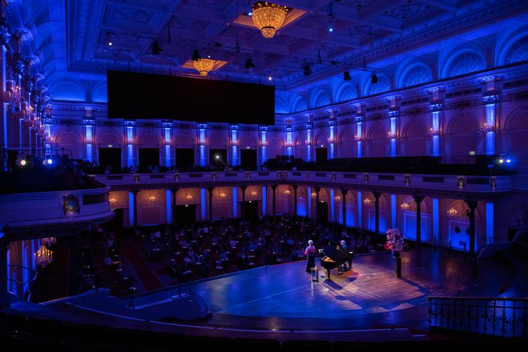 De stoelenrijen van de Grote Zaal hebben plaatsgemaakt voor tafeltjes bij het concert van Joyce DiDonato. Beeld Eduardus Lee