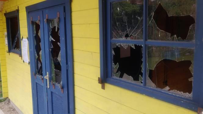 Vandalen vernielen ramen en deuren op speelplein Kriebels, politie kan 3 jongeren op heterdaad betrappen