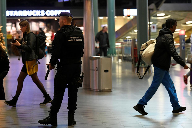 De marechaussee patrouilleert op Schiphol nadat melding is gemaakt van een 'verdachte situatie'.