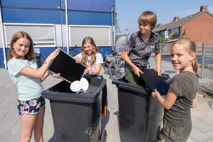 Valery, Sanne, Jurre en Kim (vlnr) van de Tweemaster/Kameleon in Oost-Souburg zamelen elektronisch afval in.