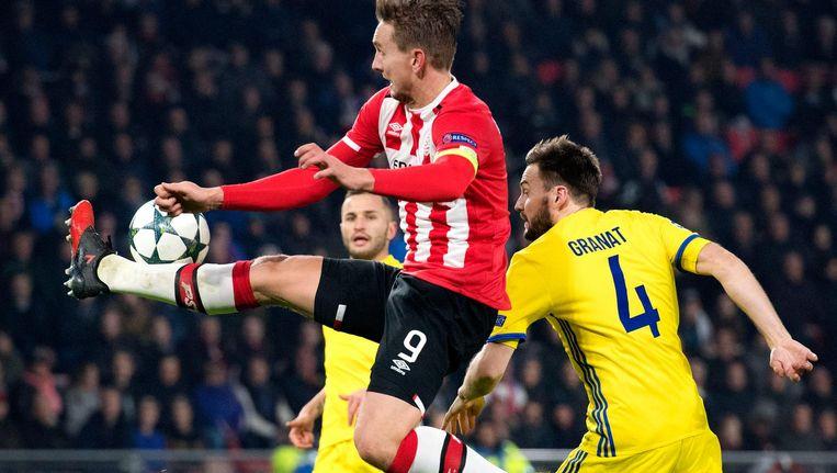 Luuk de Jong van PSV in duel met Vladimir Granat van Rostov. Beeld anp