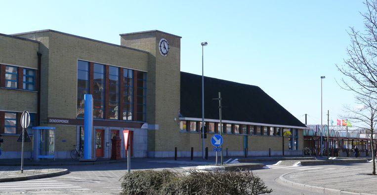 Het stationsgebouw van Dendermonde. Beeld Wikimedia Commons/Ad Meskens