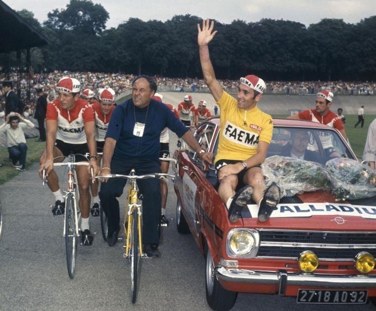 'In de Tour van 1969 zag je de allerbeste Merckx. Ik deed wat ik wilde met de tegenstand, terwijl ik nog maar 24 jaar was' Foto: na Merckx' eindwinst, in Vélodrome la Cipale in Parijs   Beeld