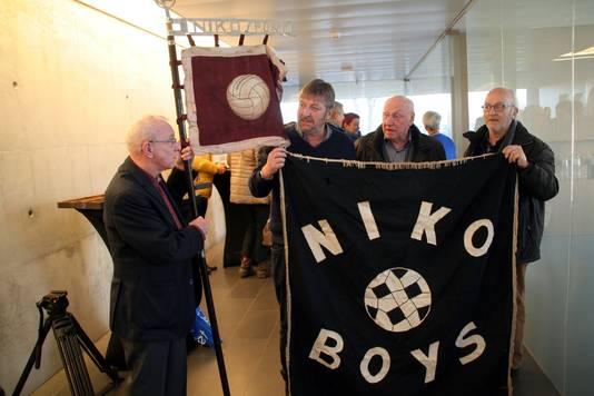 De vlaggen van de voetbalploeg van Niko van weleer, die eerst 'Niko Sport' en later 'Niko Boy's' heette.