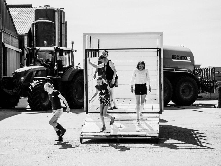 Noordschote, Astrid (17, rechts) en haar familie: 'Tractorrijbewijs gehaald.' Beeld Jelle Vermeersch