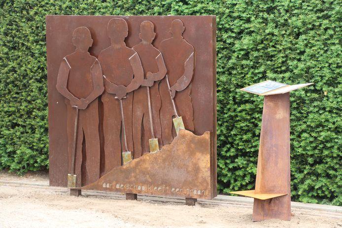 Rietman Zuiltje bij het monument getiteld 'Aan de schop kleeft een traan'.