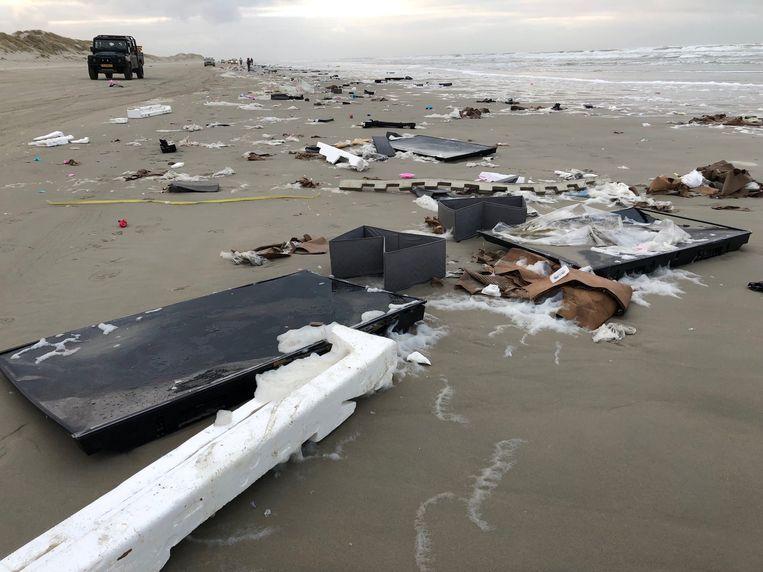 Stukken van flatscreen-tv's op het strand van Terschelling.