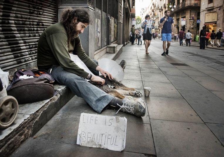 Bedelaars in het straatbeeld van Barcelona. Ada Colau beloofde 1.500 sociale woningen voor hen te bouwen Beeld Eric De Mildt