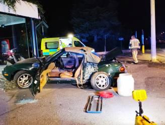 Oldtimer-Mazda botst tegen paal: twee inzittenden naar ziekenhuis