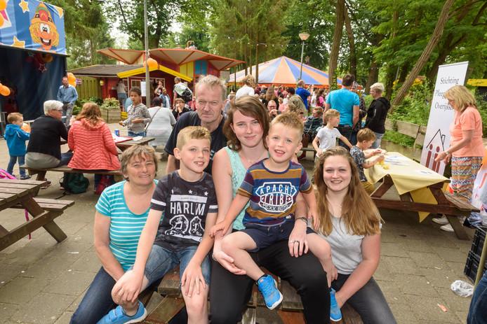 Het Vriezenveense gezin Kleise heeft een dagje plezier in De Waarbeek. Herman en Jenny hebben zelf twee kinderen en daarnaast twee pleegkinderen van 3 en 8. Dochter Dagmar en vriendin Elise (rechts) zijn er zaterdag bij om te helpen.