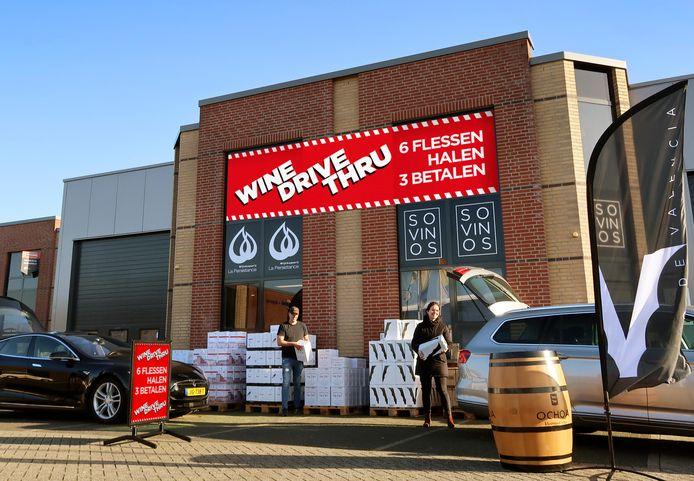 De voorbereidingen voor de Wine-Drive-Thru bij het pand van La Persistance in Breda zijn in volle gang.