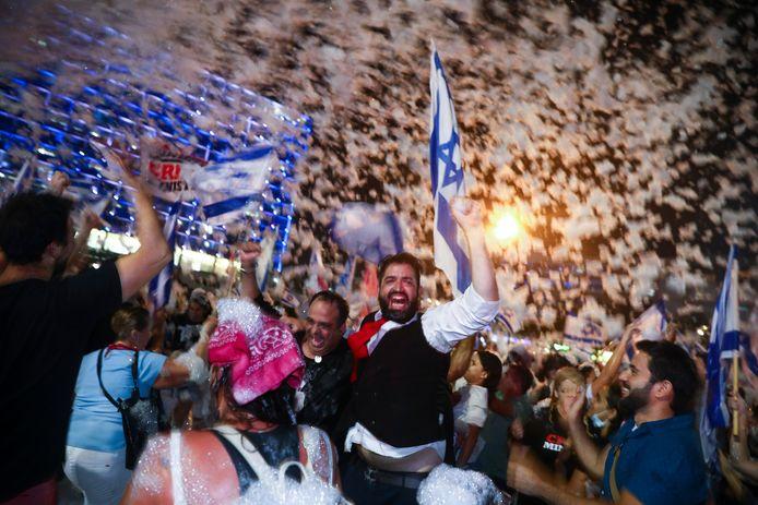 Israëliers vieren in Tel Aviv dat er een nieuwe regering is.