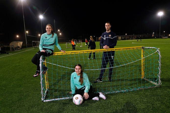 DVV-trainer Pim Adriaans met Lola Witjes (links )en Roxy Roording.