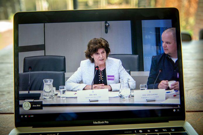 Rondetafelgesprek over stortingen in Over de Maas in Den Haag. Met wethouder Ans Mol en Frans van Egmond van Burgercollectief Dreumelse Waard.
