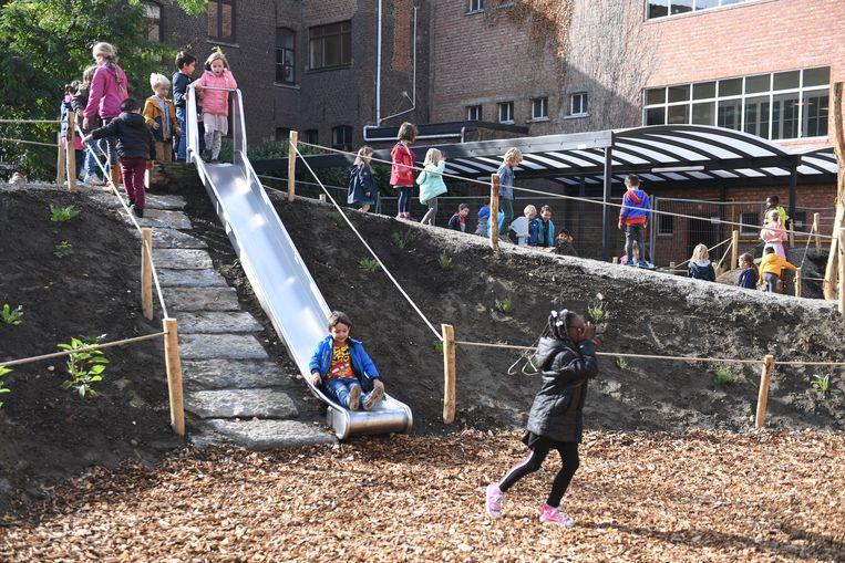 De nieuwe speelplaats in De Mozaïek moet het speelplezier van de kinderen gevoelig verhogen.
