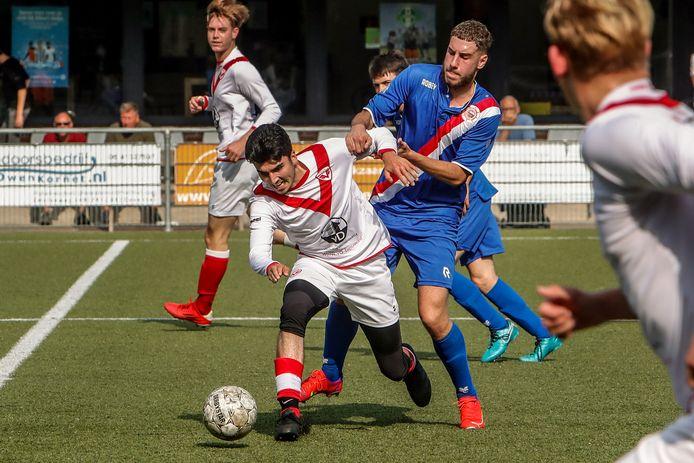 Murat Ozdemir heeft het zwaar in de wedstrijd tegen Barbaros. De bekerwedstrijd van Sportclub Deventer explodeerde in de tweede helft met zeven doelpunten.